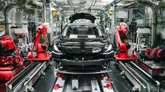 位于加利福尼亚州弗里蒙特工厂的装配线上的特斯拉Model 3