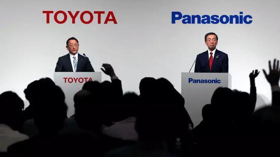 松下总裁津贺一宏(右)和丰田汽车总裁丰田章男(Akio Toyoda)在2017年宣布了电池合作可行性研究